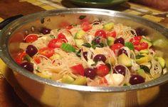 Espaguete com Abobrinha, tomatinhos, azeitonas pretas e muçarela de búfala - http://www.casarnaoengorda.com.br/recipes/espaguete-com-abobrinha-tomatinhos-azeitonas-pretas-e-mucarela-de-bufala/