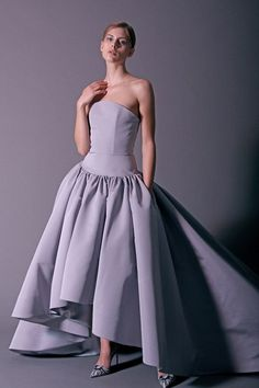 Christian Siriano Pre-Fall 2018 Fashion Show Collection: See the complete Christian Siriano Pre-Fall 2018 collection. Look 33 Source by chotchukong Dresses Christian Siriano, Autumn Fashion 2018, Purple Fashion, Women's Runway Fashion, Fashion Week, Gala Dresses, Evening Dresses, Mode Purple, Costume
