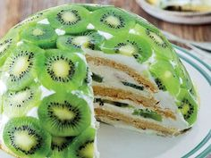 Meyveli pastaları hemen hemen herkes çok sever. Özellikle yaz mevsimi geldiği zaman meyveli tatlılar daha çok tercih edilmektedir. Serinletici lezzeti il..