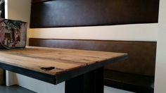FETSDESIGN Frans wagon eikenhout tafel in een stalen frame verwerkt samen met een bank met hoge leuning in verschillende kleuren leer bekleed