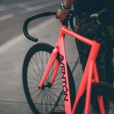 The Aventón Bikes Mataro in Pink Photo Cred: Velo Design, Bicycle Design, Urban Cycling, Urban Bike, Mtb Bike, Cycling Bikes, Bici Fixed, Mongoose Mountain Bike, Bicycle Painting