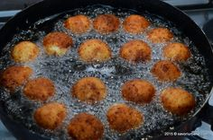 Bulete de cascaval cu cartofi – crochete cu cascaval si cartofi, aromate si picante. Cum se prepara buletele de cascaval? Crusta crocanta si cascaval topit