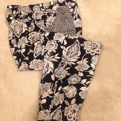 Pants Floral pattern, elastic waist band with a draw string. Two front pockets. Comfortable fit. 100% Viscose. Great condition American Eagle Outfitters Pants Ankle & Cropped