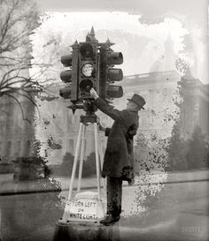 The traffic signal was invented in 1923 by Garret Morgan. He decided to make the traffic signal when he saw an accident between a car and a horse carriage. Diorama, Old Photos, Vintage Photos, Rare Images, Horse Carriage, Old Street, Traffic Light, Black History Month, Photo Archive