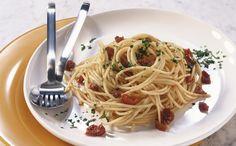 PASTA FREDDA Pomodori secchi, pinoli tostati e melanzane grigliate creano un'insalata particolare, gustosa e molto veloce. Indicati i rigatoni oppure gli spaghetti.