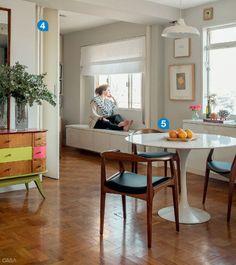 4. A parede entre a sala e o segundo quarto, que virou escritório, deu lugar a uma porta sanfonada, divisória que não rouba espaço da circulação. 5. Em espaços compactos, melhor apostar numa mesa de jantar redonda, como esta (modelo Tulipa, de Eero Saarinen, da City Design), para não atrapalhar o vaivém.