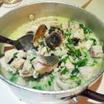 Ik at gisteren dit pannetje met citroenrijst, corvina en clams uit de Ria Formosa. Nadat ik mijn bord had afgelikt, noteerde ik dat er een variant gemaakt moet worden voor op de blog. Beloofd