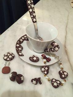 Tazzina , bracciale, ciondoli e orecchini con decorazioni in fimo Pan di stelle.
