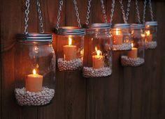 Apporter une ambiance accueillante aux lumières tamisées grâce aux bocaux vides reconvertis en bougeoirs muraux