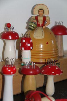 Beautiful yarn holder lady looking for mushrooms - Knaueldame aus dem Erzgebirge auf Pilzsuche