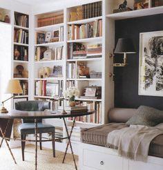 Cantinho maravilhoso com estantes até ao tecto e secretária, boa idea p um quarto.