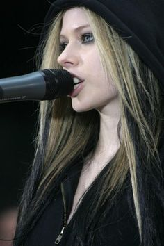 Avril Lavigne - The Today Show Performance In NYC, 21.05.2004.