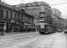 Trasa B měla převzít přepravní zátěž nejstaršího směru provozovaného pražskou MHD: z Karlína na Smíchov, kde kdysi jezdívala již koněspřežná tramvaj. Původní podoba křižovatky Anděl. Jednopatrový dům byl zbořen, zbývající budovy na snímku stojí dodnes.
