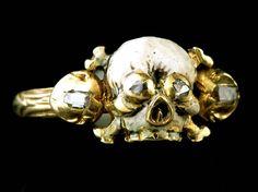 """Bague """"memento mori"""", Italie, 17e siècle.     Exceptionnelle bague en or au chaton en forme de tête de mort posée sur deux tibias croisés."""