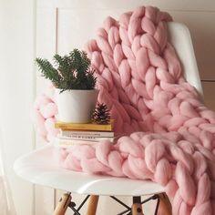 La Real Lana. Adorable Manta XXL,color rosa,manta tejida a mano,Lana española,Lana gigante rosa,lana gordita rosa,estilo bohemio,habitación niña, manta gruesa bebé. Chunky Knit Throw, Chunky Blanket, Knitted Blankets, Merino Wool Blanket, Color Rosa Bebe, Cooling Blanket, Crochet Home Decor, Sheep Wool, Beautiful Children