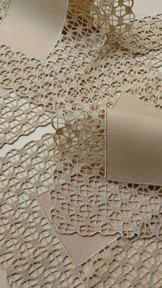 Delight yourself: The beautiful crochet details on the tablecloth - - Crochet Lace Edging, Crochet Motifs, Crochet Borders, Crochet Doilies, Hand Crochet, Crochet Stitches, Knit Crochet, Crochet Patterns, Burlap Tablecloth