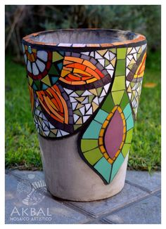 The World's Best Photos of color and mosaiquismo Mosaic Planters, Mosaic Garden Art, Mosaic Tile Art, Mosaic Vase, Mosaic Flower Pots, Mosaic Artwork, Mosaic Crafts, Mosaic Projects, Pebble Mosaic