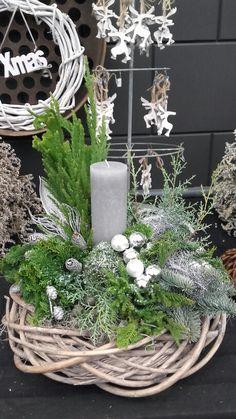 Groot kerststuk op een mooie rieten krans Coen van Dijk tuinplanten