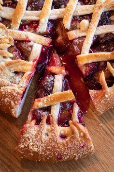 Egy jó szombati desszert: szilvás pite – Életforma Pie Crust Recipes, Apple Pie Recipes, Childrens Baking, Apple Cranberry Pie, Rhubarb Crumble, Holiday Pies, Best Pie, Tasty, Berry Berry