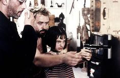 """12 year-old Natalie Portman learns how to aim a gun on the set of """"Léon: The Professional"""""""
