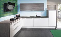 Starke Kontraste von Flächen und Fronten in Kombination mit Mosaikfliesen machen diese Küche besonders modern.