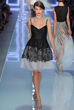 Christian Dior: vestido corto blanco y negro con falda con volumen
