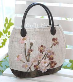 퀼트미 [데이지 꽃송이들~토트백] Quilted Tote Bags, Patchwork Bags, Reusable Tote Bags, Japanese Patchwork, Japanese Bag, How To Make Purses, Bag Patterns To Sew, Denim Bag, Fabric Bags