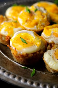 Tater Tot Cups with Eggs and Cheese - Eggs and Cheese baked with tater tots in a muffin pan, those tater tot cups are great breakfast and they are easy to make. Breakfast Casserole Muffins, Sausage Muffins, Tater Tot Breakfast, Healthy Breakfast Muffins, Egg Recipes For Breakfast, Sausage Breakfast, Breakfast For Dinner, Breakfast Ideas, Breakfast Cups