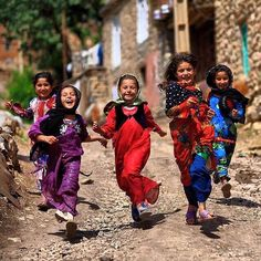 Happy Kurdish Girls from the Province Kurdistan, Iran. Precious Children, Beautiful Children, Beautiful People, We Are The World, People Around The World, Foto Art, Kurdistan, Happy People, World Cultures