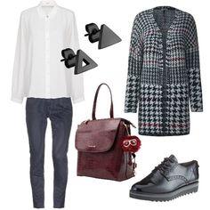 La camicia bianca dà stile a un outfit comunque comodo con scarpe basse  stringate e zainetto d2fef0ad267
