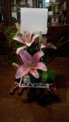 Centro de mesa con fanal de cera y flores