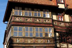 Wernrisches Haus w Hildesheim/Dolna Saksonia, 400-letni budynek, wszystkie elementy drewniane pomalowane farbą olejną kryjącą i laserunkową z dodatkiem pigmentów naturalnych  http://dom-z-natury.pl/farba_olejna_kryjaca.html http://dom-z-natury.pl/farba_olejna_laserunkowa.html