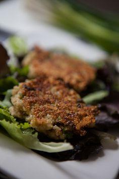 Quinoa-Patties. Zutaten (für 4 große Portionen): ca. 250g Quinoa - ungekocht 3 Lauchzwiebeln 1 Knoblauchzehe 1 Bund Schnittlauch 2-3 Eier (M)