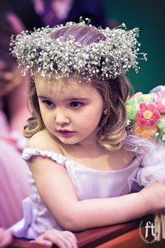 Princesinha linda levando apenas um buquezinho de jujuba em formato de florzinhas.