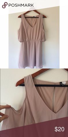 H&M Blush dress H&M chiffon a-line dress. Romantic open shoulder sleeve, and elegant v-neck! Runs a little small for a 12, the stretchy waist makes this work for several sizes ✨✨✨ H&M Dresses Mini
