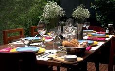Almoço em família é sempre uma delícia! Com a mesa bem decorada, melhor ainda. Usar pratos de cores diferentes deixa a mesa mais colorida e harmoniosa.