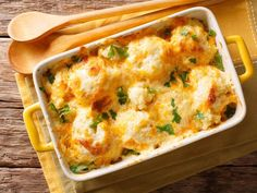 This low carb cauliflower gratin is really filling and can still help you lose weight. Cauliflower replaces the classic potato in the gratin and low-fat cheese and milk ensure that you eat less calories. Cauliflower Gratin, Cauliflower Recipes, Veggie Recipes, Low Carb Recipes, Diet Recipes, Healthy Recipes, Low Carb Keto, Law Carb, Low Fat Cheese
