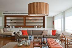Uma casa de músicos. Veja: https://casadevalentina.com.br/projetos/detalhes/musica-na-lagoa-524 #details #interior #design #decoracao #detalhes #decor #home #casa #design #idea #ideia #wood #madeira #charm #charme #cozy #casadevalentina #livingroom #saladeestar