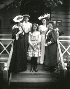 Fashionable women in Queensland, Australia around 1900.Source