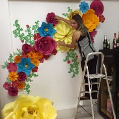 Suze reference for what we want for flower wall Large Paper Flowers, Giant Paper Flowers, Diy Flowers, Flower Decorations, Diy Paper, Paper Art, Paper Crafts, Paper Flower Backdrop, Flower Tutorial