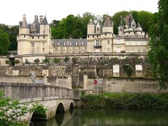 View from Ussé River. 4 May Cathedral Architecture, Medieval Castle, Ireland Travel, Loire, Mansions, House Styles, Palaces, Minecraft, Centre