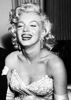 Marilyn Monroe photographed at the premiere 1953 ♡ Norma Jean Marilyn Monroe, Marilyn Monroe Photos, Lauren Bacall, Humphrey Bogart, The Most Beautiful Girl, Beautiful People, Norma Jeane, Actors, Film
