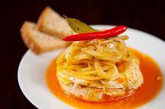 Sýr nakrájíme na kolečka, skládáme do sklenice s uzávěrem a prokládáme střídavě nakrájenou cibulí a paprikou. Přidáme koření a nakonec zalijeme olejem. Sklenici dobře uzavřeme a sýr necháme v chladničce asi čtyři dny zrát. Můžeme obměnit přidáním na plátky nakrájeného česneku. Thai Red Curry, Spaghetti, Eat, Ethnic Recipes, Food, Czech Republic, Lunch Ideas, Drink, Kitchens