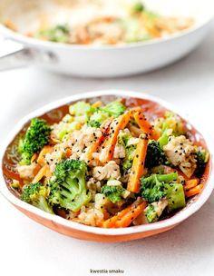 Ryż smażony z kurczakiem, brokułami i marchewką