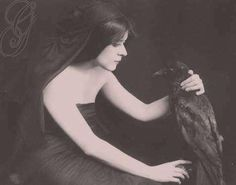 Theda Bara (silent movie star) with pet raven Look Vintage, Vintage Beauty, Vintage Photos, Vintage Goth, Vintage Vibes, Vintage Photographs, Hollywood Glamour, Classic Hollywood, Old Hollywood