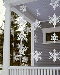 Outdoor Christmas Decorations For A Holiday Spirit Browse holiday and seasonal decoration designs and ideas for your home. Get a new Christmas decor look with these fabulous Outdoor Christmas Decorations for a Holiday Spirit. Christmas Porch, Noel Christmas, Simple Christmas, White Christmas, Christmas Ideas, Christmas Snowflakes, Country Christmas, Christmas Displays, Christmas Garlands