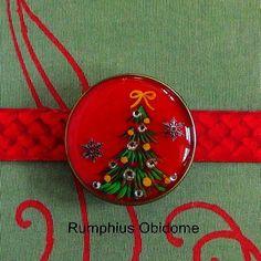 クリスマス 帯留・ネックレス等 在庫限りです|和装・和小物|Rumphius|ハンドメイド通販・販売のCreema Resin Crafts, Creema, Sash, Decorative Plates, Kimono, Christmas Decorations, Japanese, Flowers, Jewelry