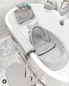 Fascinating and clean bathroom. Time for a relaxing bath. Our Moby bathtime helpers keep bath Baby Life Hacks, Baby Equipment, Baby Gadgets, Baby Necessities, Baby List, Baby Supplies, Cute Little Baby, Everything Baby, Baby Furniture