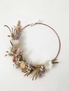 I make wreaths of dried flowers The bouquets are made according to the flowers that Dried Flower Wreaths, Dried Flowers, Hand Flowers, Bridal Flowers, Copper And Pink, Bohemian Christmas, Fleurs Diy, Types Of Roses, Floral Hoops