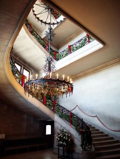 Every year, the country's largest privately owned home celebrates Christmas in true Gilded Age style. Thousands of twinkling lights and miles of garland decorate the luxurious chateau and surrounding gardens to create the magical feeling of a bygone era.